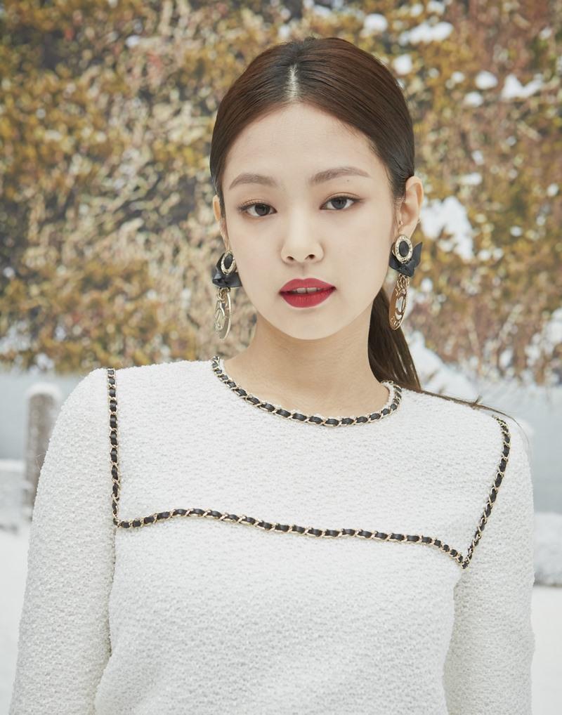 Jennie Kim, gương mặt quen thuộc tại các show diễn và sự kiện quan trọng của Chanel thu hút mọi ánh nhìn với vẻ đẹp tinh khôi trong thiết kế đầm vải tweed màu trắng của Chanel được nhấn nhá bởi những chi tiết dây xích.