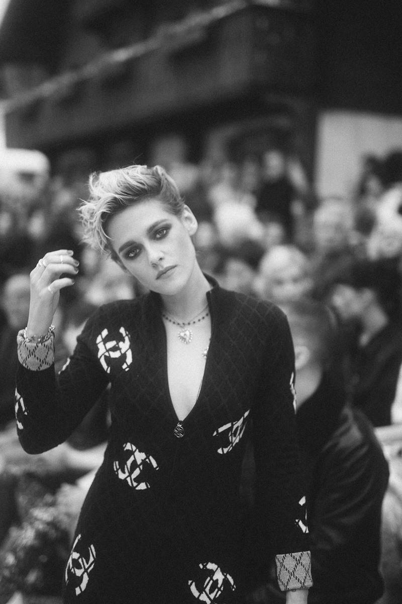 Vẻ đẹp tomboy của Kristen Stewart được tôn lên bởi mái tóc pixie-cut và bộ suit mang logo CC của Chanel.