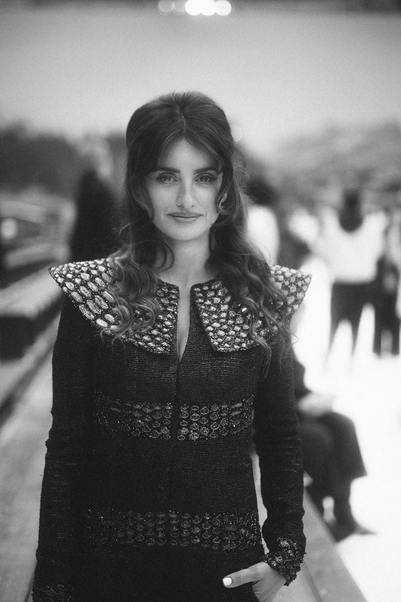 Đại sứ thương hiệu của Chanel Penelope Cruz diện trang phục từ BST Métiers d'Art Paris-New York trước show diễn. Cô cũng tham gia catwalk cùng người mẫu trong show diễn lần này.