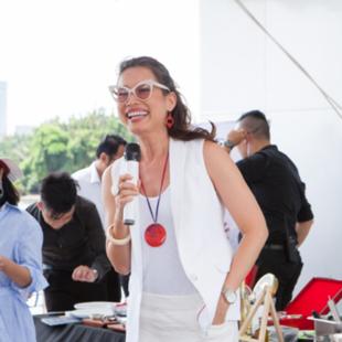 """Hoa hậu Ngọc Khánh bất ngờ xuất hiện trong """"The cruise cooking show"""", hướng dẫn chị em cách tạo dáng trước máy ảnh"""