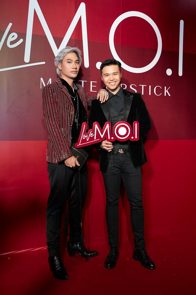 Nhà thiết kế Lí Quí Khánh chụp hình cùng CEO của M.O.I Cosmetic Lâm Thành Kim.