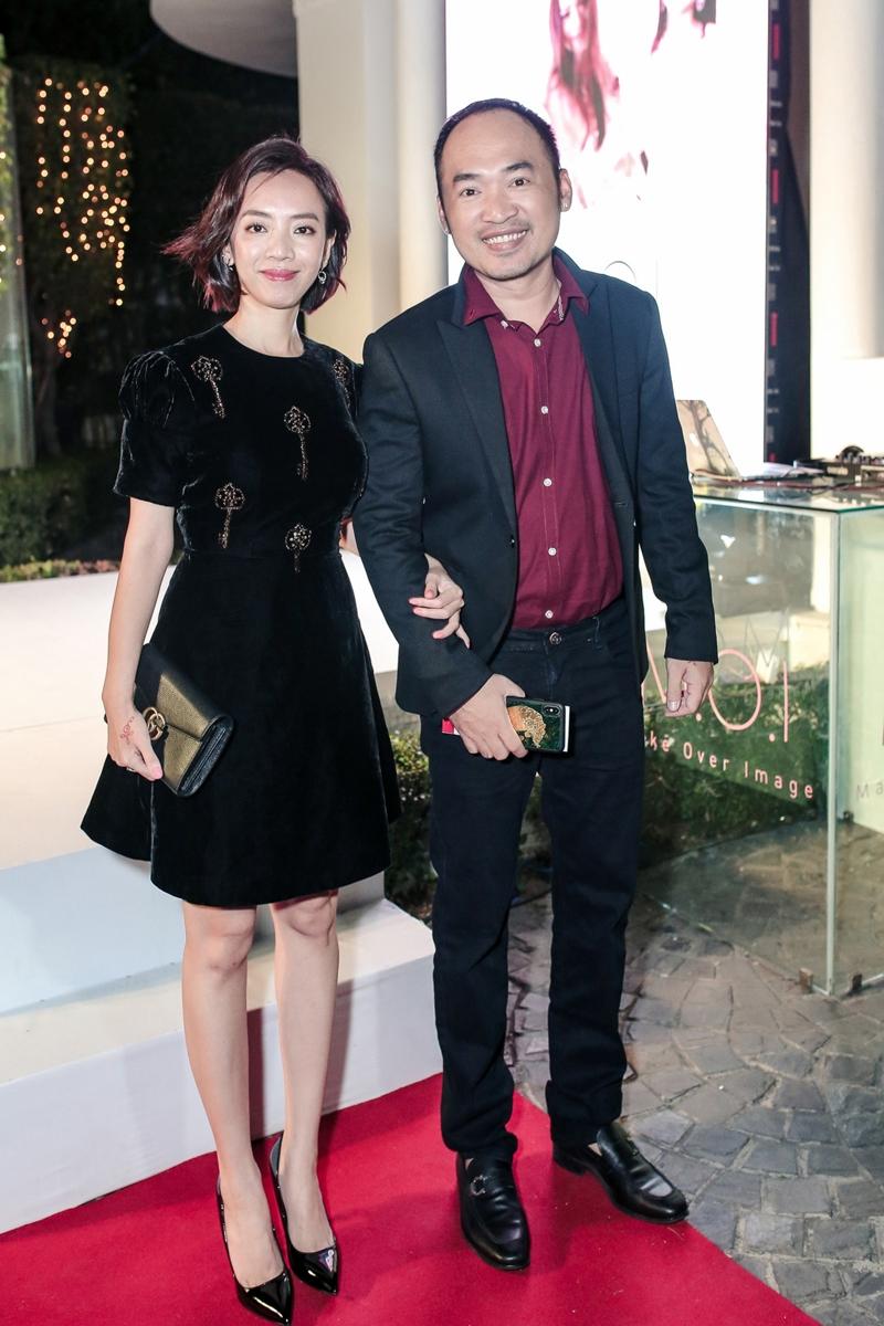"""Vợ chồng diễn viên hài Thu Trang-Tiến Luật sánh đôi cùng nhau đến sự kiện. Cả hai đang khiến công chức mong chờ khi hé lộ chi 16 tỷ làm phim điện ảnh """"Chị Mười Ba"""" ra rạp vào năm nay."""