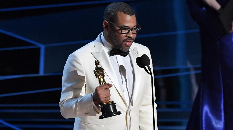 Jordan Peele tại lễ trao giải Oscar 2017 với tượng vàng cho hạng mục Kịch bản gốc Xuất sắc nhất.