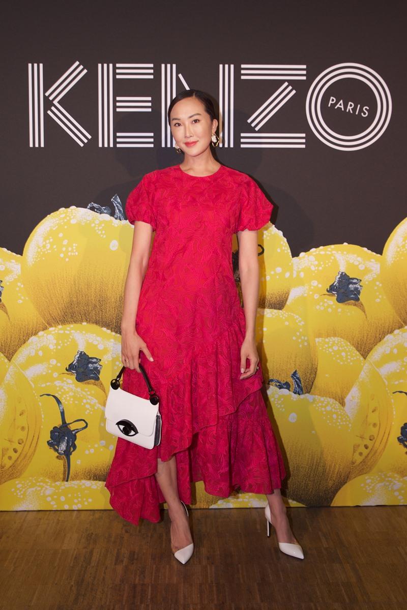 """Ngôi sao trên YouTube Chriselle Lim cũng là khách mời đặc biệt của Kenzo. Cô mặc đầm đỏ và túi xách có chi tiết """"evil-eye"""" quen thuộc của Kenzo."""