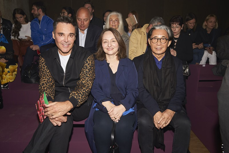 Hàng ghế đầu trong show diễn, ngồi giữa nhiếp ảnh gia David LaChapelle và NTK Kenzo Takada là CEO của Kenzo, bà Sylvie Colin.