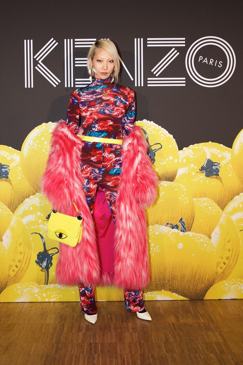 Chân dài đình đám từ Hàn Quốc Park Soo Joo nổi bật với bộ trang phục với màu hồng chủ đạo - tông màu lũng đoạn thảm đỏ Oscar 2019.