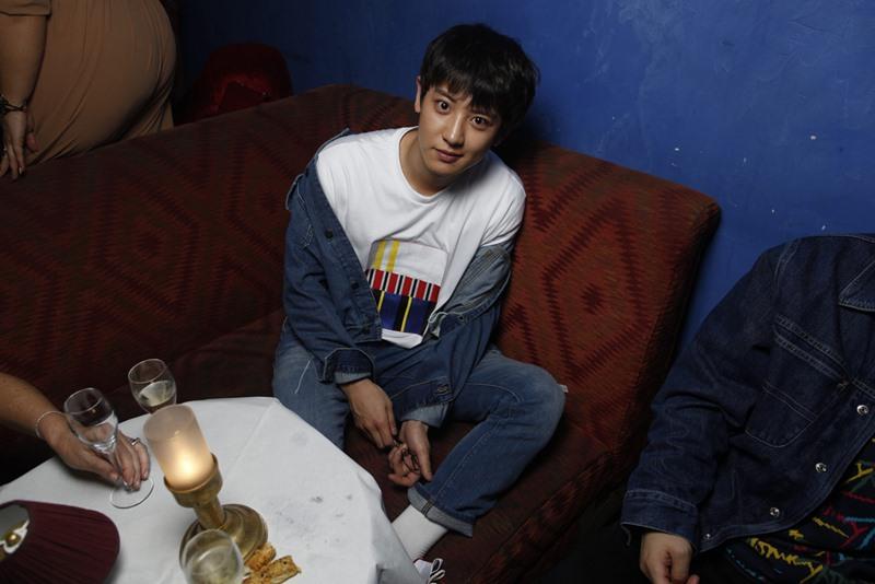 """Đây không phải là lần đầu tiên Chanyeol được mời tham dự show của Tommy Hilfiger. Chàng trai 25 tuổi tài năng của EXO chọn mặc trang phục """"denim on denim"""" cùng áo thun trắng và giày sneakers đồng điệu."""