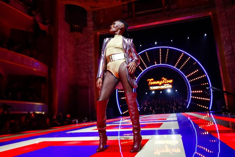 Huyền thoại âm nhạc, biểu tượng phong cách Grace Jones kết màn cho show diễn. Bà vẫn giữ vững phong độ cùng với phong cách mang đậm dấu ấn riêng ở tuổi 70.