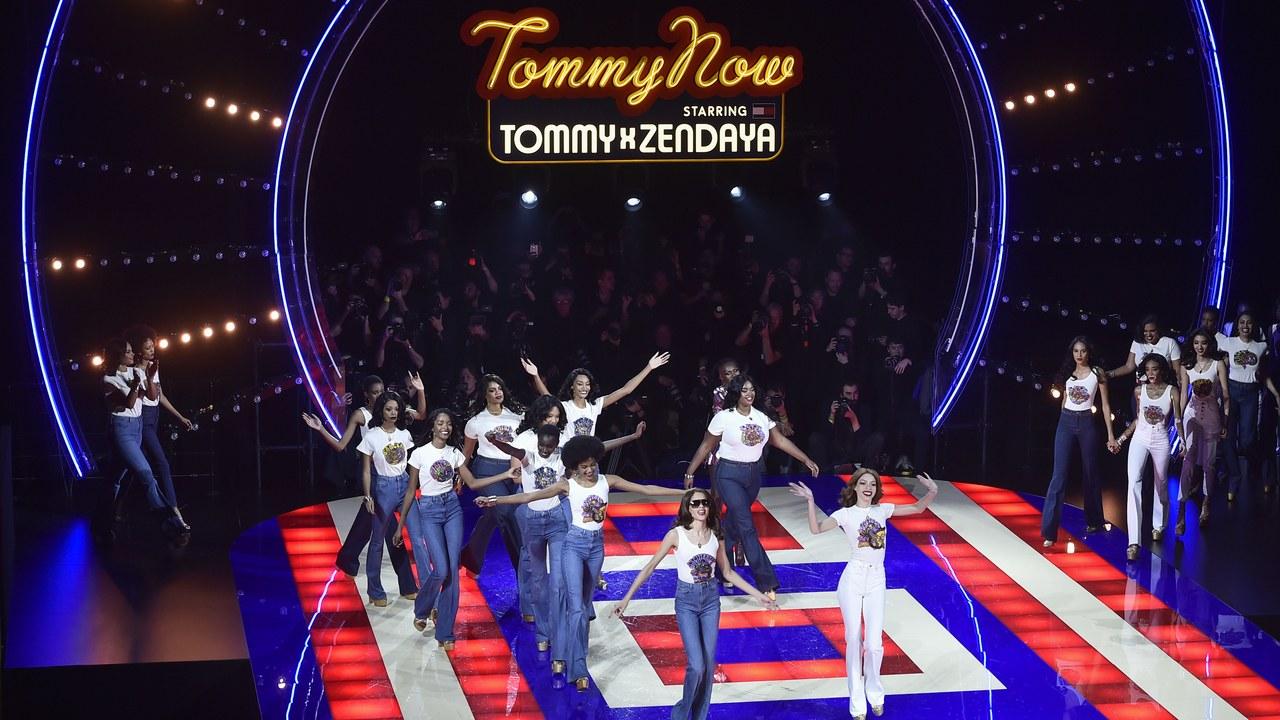 Sàn diễn mang âm hưởng của disco tại show Tommy Now ra mắt BST Tommy Hilfiger hợp tác cùng Zendaya.
