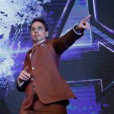 """Iron Man chào sân kiểu lạ tại họp báo """"Avengers: Endgame"""""""