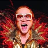 """Câu chuyện đằng sau phục trang """"lòe loẹt"""" của Elton John trong """"Rocketman"""""""