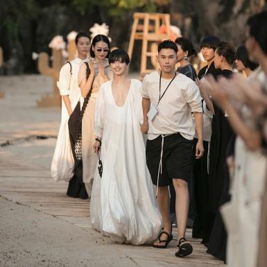 """Hoàng Thùy và Khánh Linh The Face cùng """"khuấy đảo"""" sàn diễn của NTK Lâm Gia Khang"""