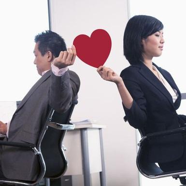 """Trái ngược lời khuyên """"đừng yêu đồng nghiệp"""", văn phòng chính là địa điểm lý tưởng để ta hẹn hò"""