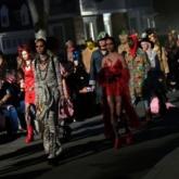 """Irina Shayk tự tin sải bước trên sàn catwalk show thời trang Xuân Hè 2020 của Versace """"hậu chia tay"""" với Bradley Cooper"""