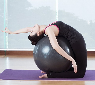 Bài tập giảm đau lưng cho chị em văn phòng với bóng thăng bằng