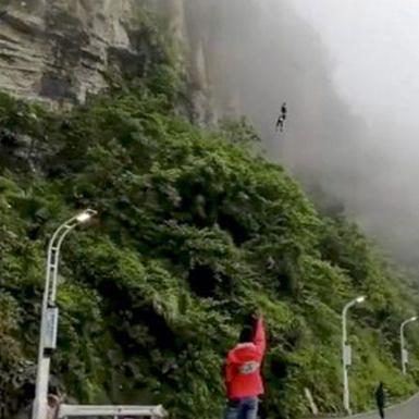 Trung Quốc: Sửng sốt với phương thức giao đồ ăn bằng… nhảy bungee
