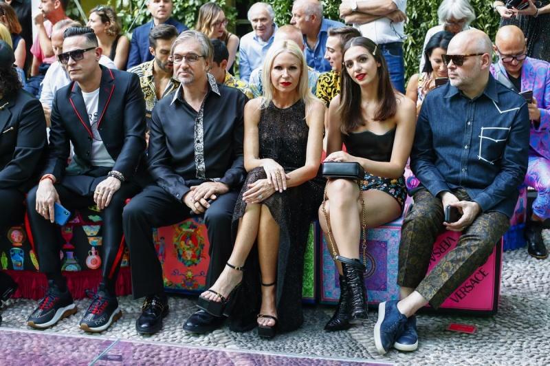 versace, menswear, xuân hè 2020, milan, thời trang, bộ sưu tập, donatella versace, gianni versace, irina shayk, bradley cooper