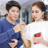 Helly Tống và Quang Đại thích thú với chiếc túi bằng da cao cấp mang đậm dấu ấn cá nhân của riêng mình