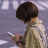 Dùng smartphone khi đi bộ qua đường sẽ bị phạt nặng