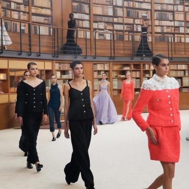 Say đắm với vẻ đẹp của những cô thủ thư mực thước trong BST Haute Couture của Chanel