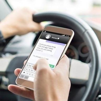 Mỹ: Tài xế nhắn tin trong lúc đang lái xe sẽ bị phạt tiền