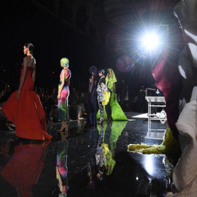 """Thế giới siêu thực của Schiaparelli đã làm nên bữa tiệc thời trang thịnh soạn, """"chiêu đãi"""" thị giác người xem"""