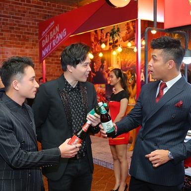 Trương Thế Vinh, Trịnh Thanh Bình và Phan Mạnh Quỳnh thích thú với hình ảnh mới của bia Sài Gòn