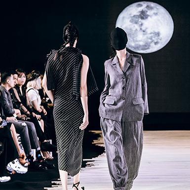 """Model bịt kín mặt khi catwalk trong show """"Moonlight"""" của NTK Devon Nguyễn"""