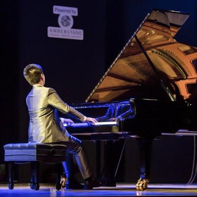 Thần đồng Peter Leung lần đầu trình diễn bên cây đàn Blüthner trứ danh