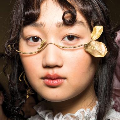 Chẳng cần thay đổi kiểu tóc, chỉ uốn xoăn phần mái cũng khiến khuôn mặt khác biệt hoàn toàn