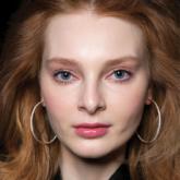 Chẳng cần tiết chế khi dùng gel vuốt tóc bởi vẻ bóng bẩy, ướt át mới là xu hướng mùa này