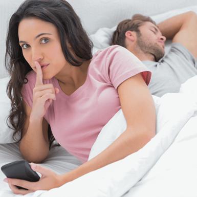 """3 lý do không nên kiểm tra điện thoại của chồng – """"căn bệnh"""" mà chị em nào cũng mắc phải!"""