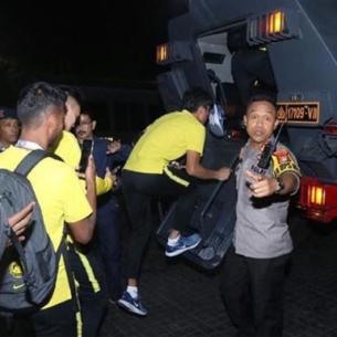 Cầu thủ Malaysia phải rời 'chảo lửa' Bung Karno bằng xe bọc thép