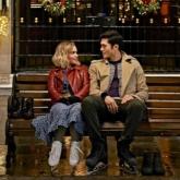 """Trai đẹp """"siêu giàu châu Á"""" Henry Golding hẹn hò """"Mẹ Rồng"""" Emilia Clarke trong """"Giáng Sinh Năm Ấy"""""""