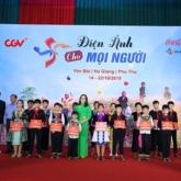 """Blogger Hà Trúc diện suits trắng """"cool ngầu"""", Jun Pham lần đầu mặc nguyên set cam rực rỡ tại sự kiện"""