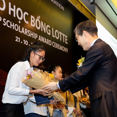 """Học bổng Lotte """"Chắp cánh ước mơ"""" 2019 được trao cho 54 sinh viên xuất sắc nhất"""