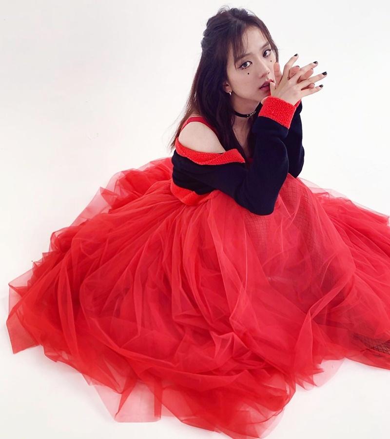 Jisoo-BLACKPINK-dung-hang-Sandara-Park-me-rong-Emily-Clarke-Dolce-Gabbana-DepOnline-02