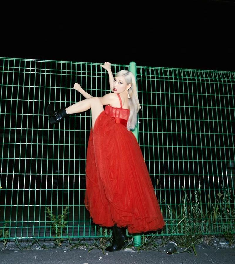 Jisoo-BLACKPINK-dung-hang-Sandara-Park-me-rong-Emily-Clarke-Dolce-Gabbana-DepOnline-05