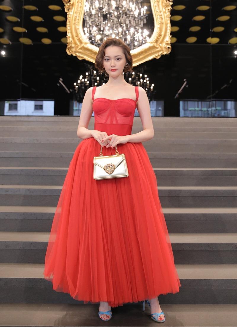 Jisoo-BLACKPINK-dung-hang-Sandara-Park-me-rong-Emily-Clarke-Dolce-Gabbana-DepOnline-12