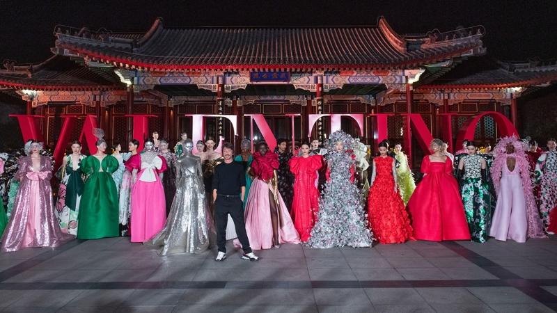 Rose-BLACKPINK-Luu-Thi-Thi-du-show-Valentino-tai-Bac-Kinh-DepOnline-26