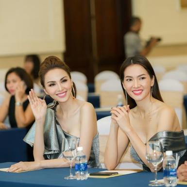 Hoa hậu Diễm Hương, siêu mẫu Anh Thư diện thiết kế giống nhau tại sự kiện sắc đẹp
