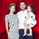 """Bé Myla nhà siêu mẫu Hà Anh cùng bố mẹ đi xem thời trang, chiếm trọn """"spotlight"""" trên hàng ghế đầu"""