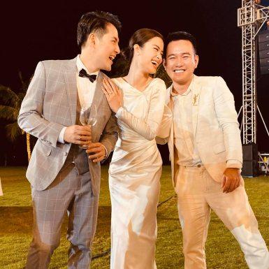 """Đông Nhi đi chào bàn trong chiếc đầm """"hàng thửa"""" từ NTK Lê Thanh Hòa"""