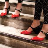 Tự tin sải bước xuống phố trên những đôi giày hai tông màu của Chanel