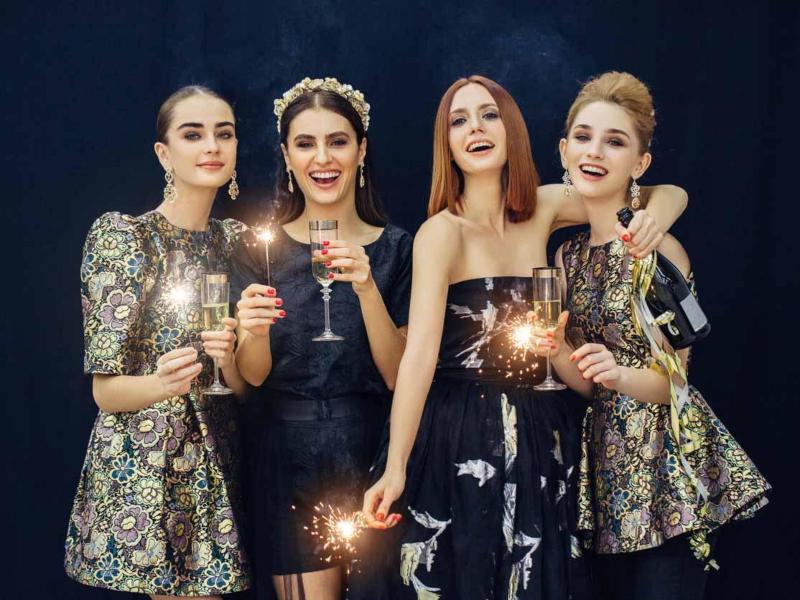 các quý cô trong trang phục giáng sinh