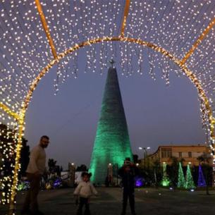 Ấn tượng với cây thông Noel cao hơn 28m làm từ chai nhựa bỏ đi
