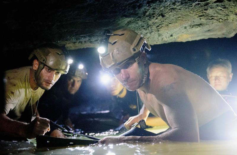 đội cứu hộ trong phim cuộc giải cứu hang thma luang