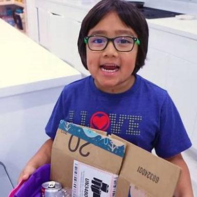 Cậu bé 8 tuổi 'thống trị' YouTube, kiếm được 26 triệu USD trong 2019