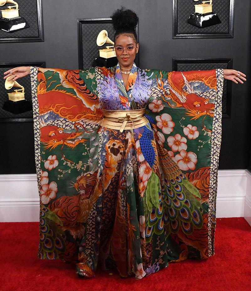 Ariana-Grande-hoa-cong-chua-BTS-nhu-hoang-tu-tren-tham-do-Grammy-2020-DepOnline-19