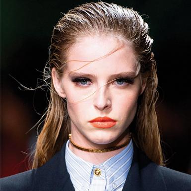 Mái tóc ẩm ướt chưa bao giờ là xu hướng lỗi thời